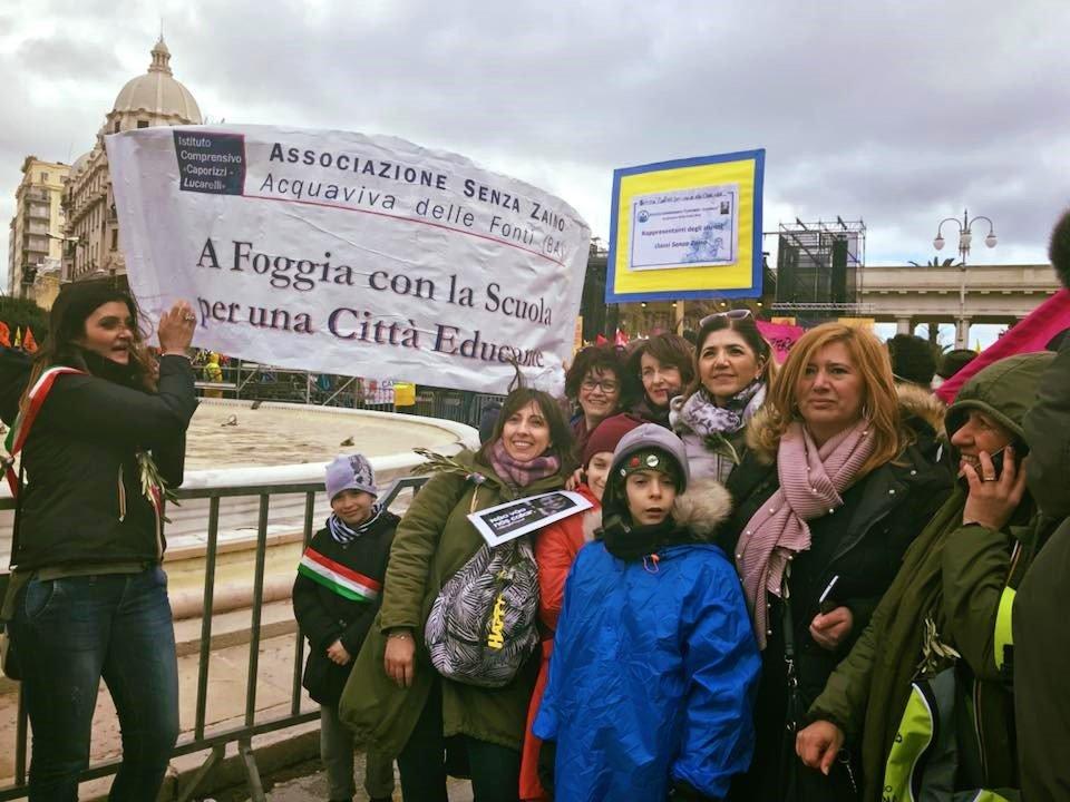 """Foggia: Alunni, Dirigente, genitori e docenti delle classi """"senza zaino"""" del plesso Collodi di Acquaviva delle Fonti - Bari -"""