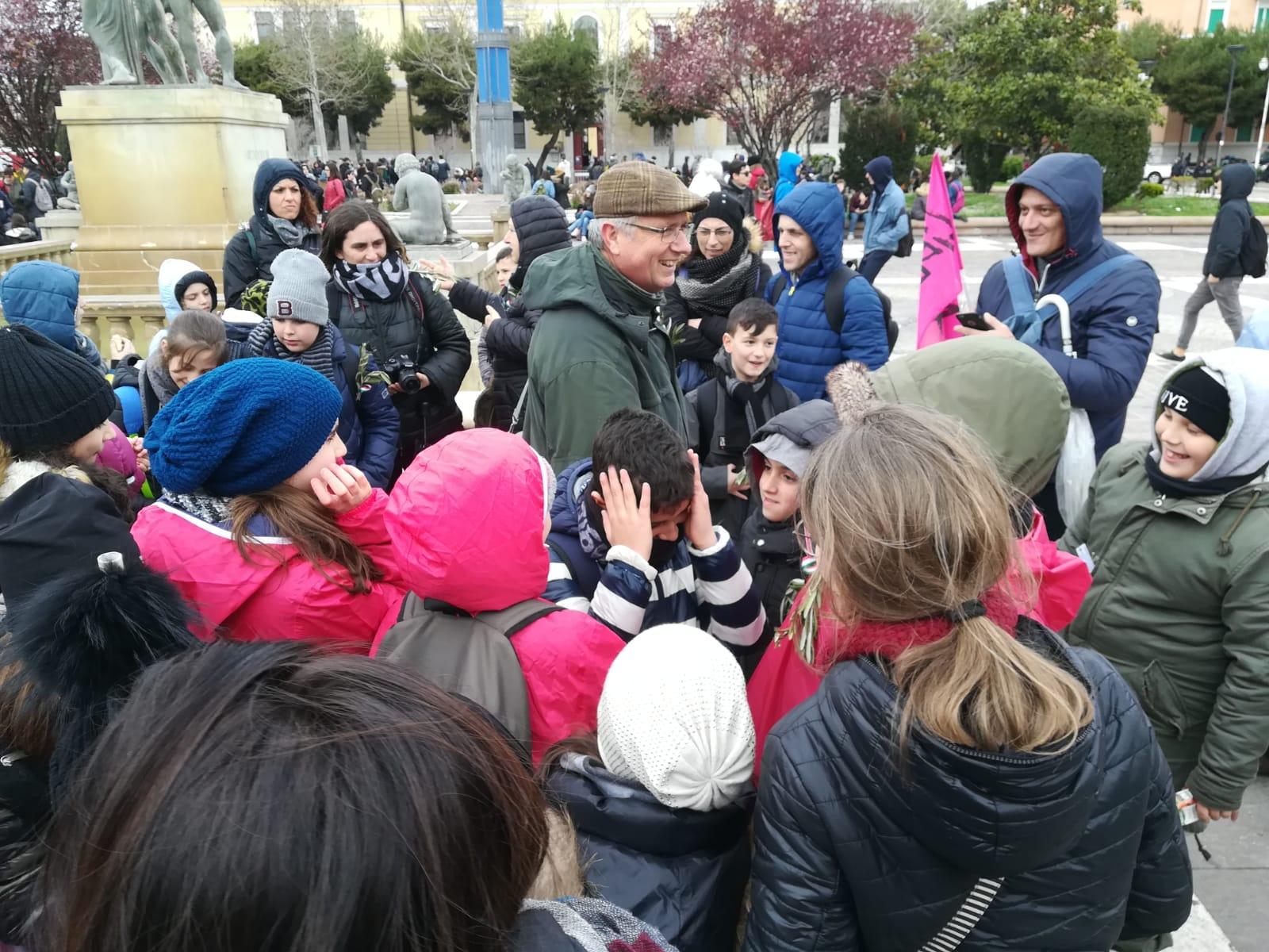 Foggia: La reazione sorpresa ed emozionante all'arrivo di Dario Vassallo nel gruppo degli alunni dell'istituto comprensivo Caporizzi Lucarelli - Acquaviva delle fonti - BA -