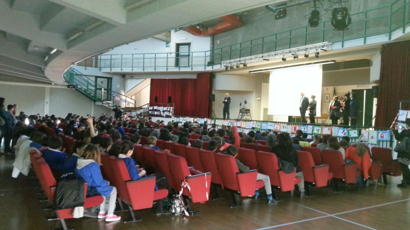 Pieve Emanuele (MI) Salvatore sta chiedendo ai piccoli  studenti i nomi degli uomini e delle donne della scorta!